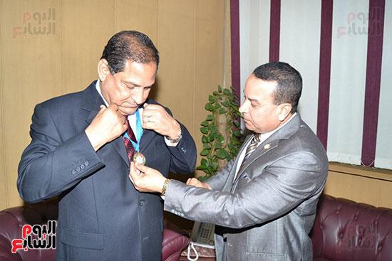 منظمة الشعوب والبرلمانات العربية تمنح محافظ الغربية درع المنظمة (2)