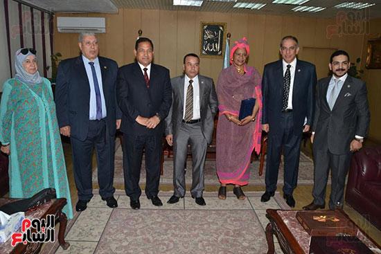 منظمة الشعوب والبرلمانات العربية تمنح محافظ الغربية درع المنظمة (4)