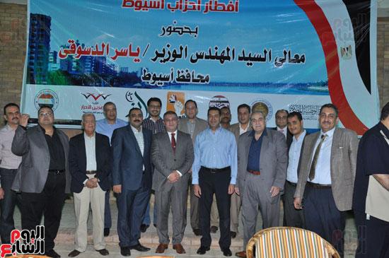 تذكارية لأمناء الأحزاب والنواب والإعلاميين مع محافظ أسيوط  (1)