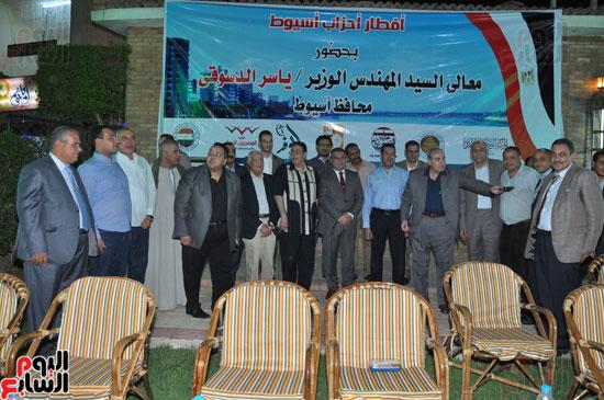تذكارية لأمناء الأحزاب والنواب والإعلاميين مع محافظ أسيوط  (2)