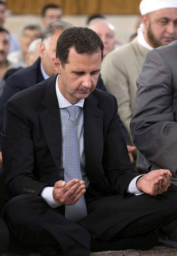بشار الأسد يتحدى الحرب السورية.. ويؤدى صلاة العيد بـحمص (1)
