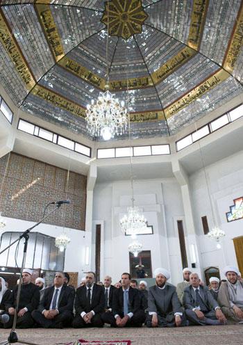 بشار الأسد يتحدى الحرب السورية.. ويؤدى صلاة العيد بـحمص (2)