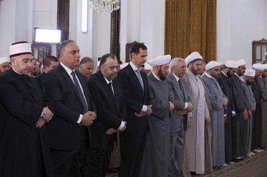 بشار الأسد يتحدى الحرب السورية.. ويؤدى صلاة العيد بـحمص (3)