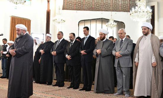بشار الأسد يتحدى الحرب السورية.. ويؤدى صلاة العيد بـحمص (4)