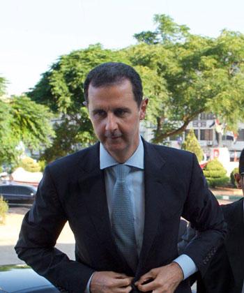 بشار الأسد يتحدى الحرب السورية.. ويؤدى صلاة العيد بـحمص (5)