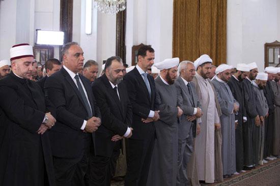 بشار الأسد يتحدى الحرب السورية.. ويؤدى صلاة العيد بـحمص (6)