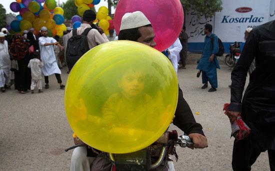 مسلمو العالم يحتفلون بعيد الفطر المبارك (11)