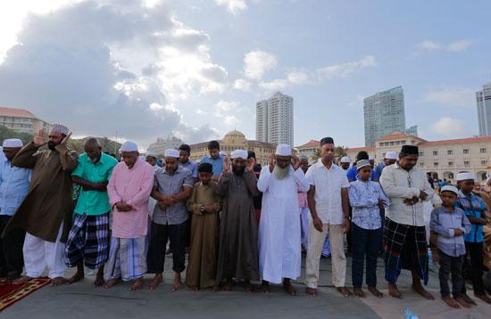 مسلمو العالم يحتفلون بعيد الفطر المبارك (4)
