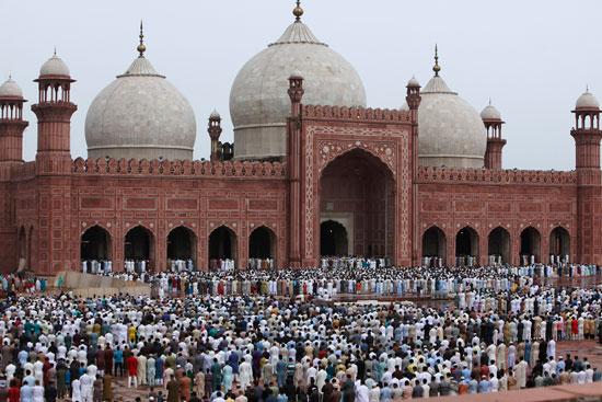 مسلمو العالم يحتفلون بعيد الفطر المبارك (5)