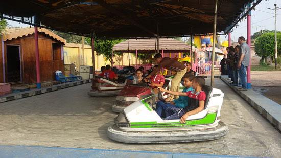الأطفال يلعبون داخل حديقة عابدين (1)