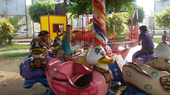 الأطفال يلعبون داخل حديقة عابدين (2)