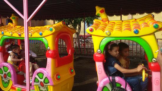 الأطفال يلعبون داخل حديقة عابدين (3)