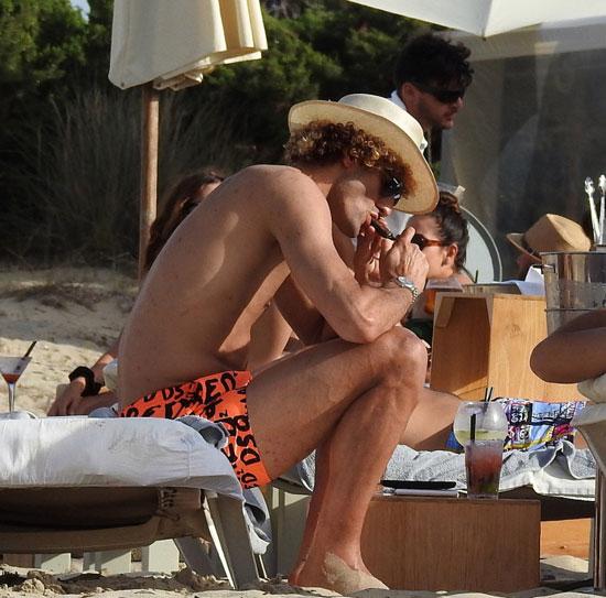 فيلاينى-يدخن-السيجار-على-شواطئ-إسبانيا---(2)