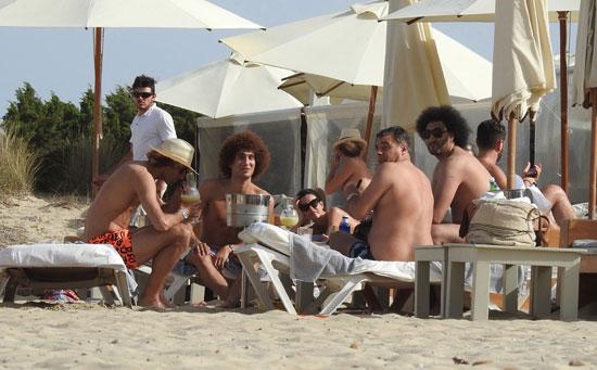 فيلاينى-يدخن-السيجار-على-شواطئ-إسبانيا---(3)