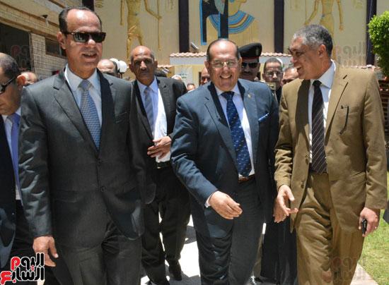 محافظ-سوهاج-ومدير-الأمن-يستقبلان-المهنئين-بعيد-الفطر-المبارك-(2)