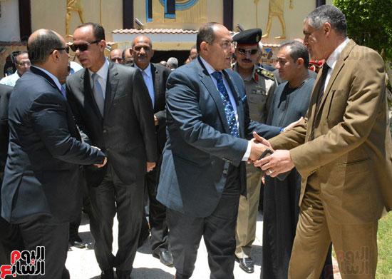 محافظ-سوهاج-ومدير-الأمن-يستقبلان-المهنئين-بعيد-الفطر-المبارك-(3)
