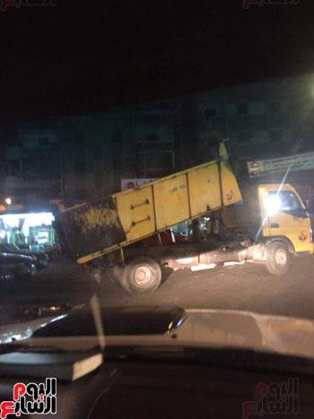 حى المنتزه يضبط سيارة شركة قمامة تلقى بحمولتها فى ميدان بالإسكندرية (2)