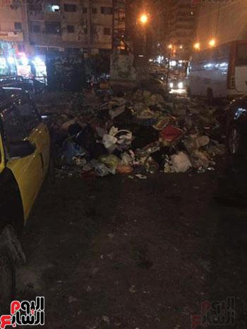 حى المنتزه يضبط سيارة شركة قمامة تلقى بحمولتها فى ميدان بالإسكندرية (3)