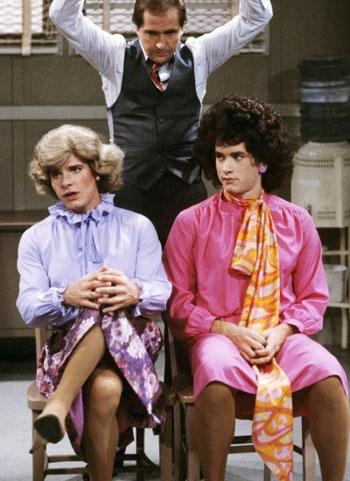 توم هانكس وبيتر سكولنار فى عام 1980 مسلسل Bosom Buddies -اليوم السابع -8 -2015