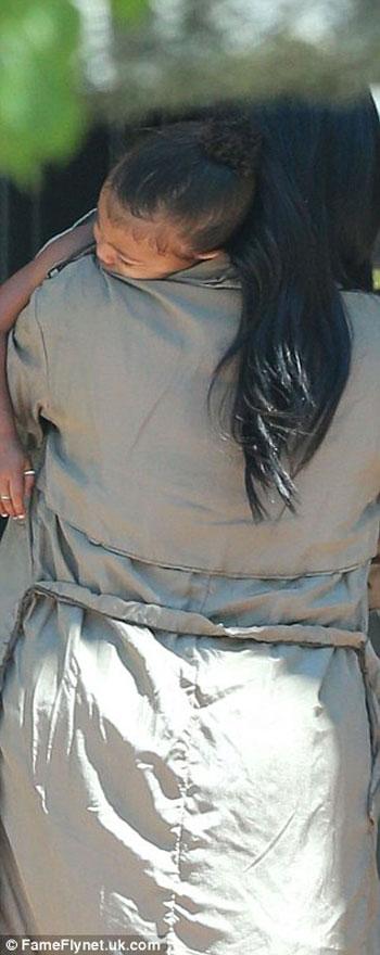 كيم تحمل ابنتها  -اليوم السابع -8 -2015