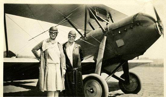 اثنان من النساء اللاتى عملن بالطيران  -اليوم السابع -8 -2015
