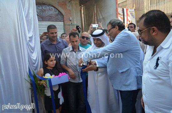 نائب سفير الإمارات والمخرج خالد يوسف أثناء افتتاحهما لجمعية