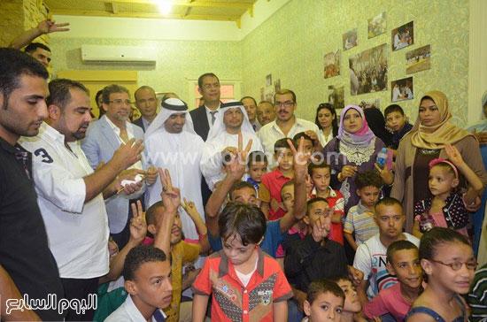 نائب سفير الإمارات والمخرج خالد يوسف مع أطفال جمعية يوسف حلمى -اليوم السابع -8 -2015
