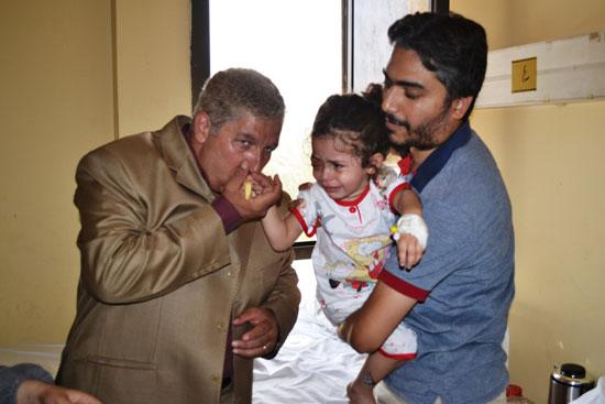 محافظ الإسماعيلية يقبل أيد الطفلة كندة  -اليوم السابع -8 -2015
