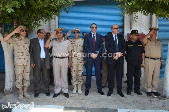 المحافظ ومدير الأمن أثناء مشاركتهم المواطنين الاحتفالات  -اليوم السابع -8 -2015