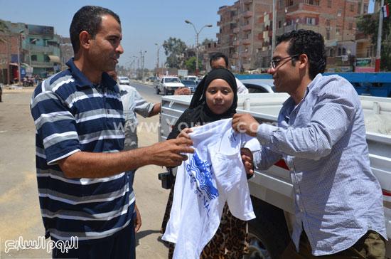 الأهالى أثناء استلام تى شرتات القناة -اليوم السابع -8 -2015