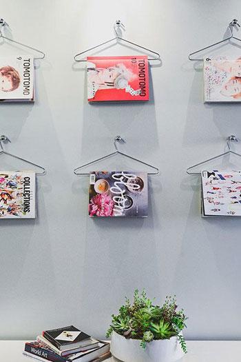 تزيين حوائط المنزل بالكتب المعلقة على الشماعات -اليوم السابع -8 -2015