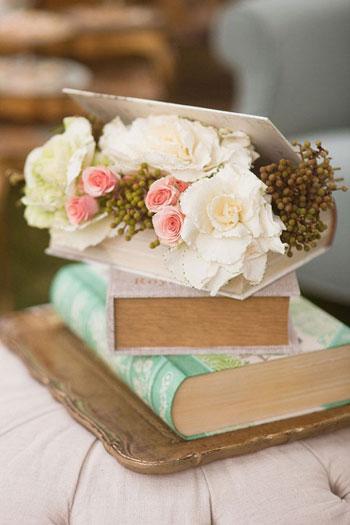 يمكن استخدام الكتب كحاوية لوضع الزهور وتزيين المنزل -اليوم السابع -8 -2015