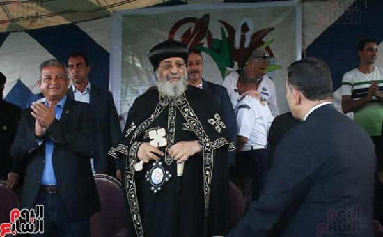 1البابا تواضروس ووزير الرياضة يوقدان شعلة النشاط الصيفى للكشافة بالإسكندرية (4)