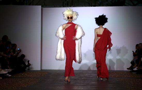 فستان أحمر رقيق مناسب لسهرة فى المساء  -اليوم السابع -9 -2015