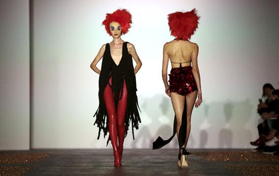 تصميم غريب ضمن العرض فى أسبوع الموضة بلندن -اليوم السابع -9 -2015