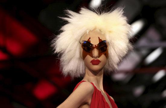 إطلالات غريبة لعارضات الأزياء فى أسبوع الموضة  -اليوم السابع -9 -2015