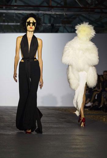 الأسود يشارك بقوة فى أسبوع الموضة بلندن  -اليوم السابع -9 -2015