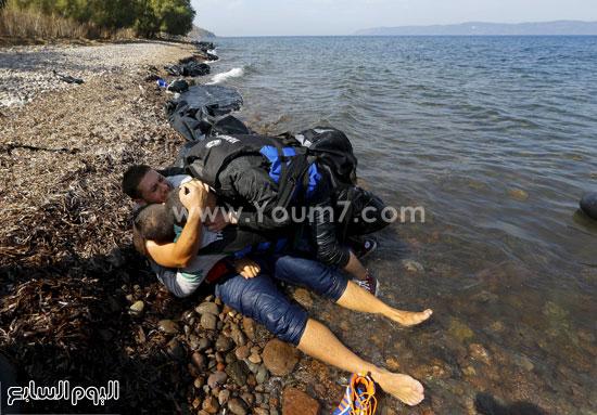 أحد السوريون جرفته المياه إلى ساحل جزيرة ليسبوس اليونانية. -اليوم السابع -9 -2015