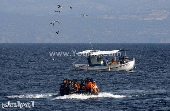 قارب مطاطى يحمل بعض المهاجرين السوريين فى مياه بحر إيجة. -اليوم السابع -9 -2015