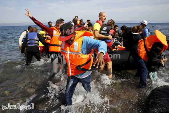 وصول أحد القوارب المطاطية التى تحمل المهاجرين بعد عبور المياه التركية. -اليوم السابع -9 -2015