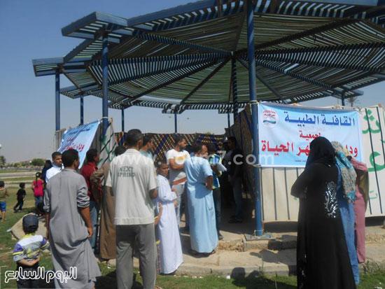 توافد أهالى مساكن عثمان على القافلة الطبية -اليوم السابع -9 -2015