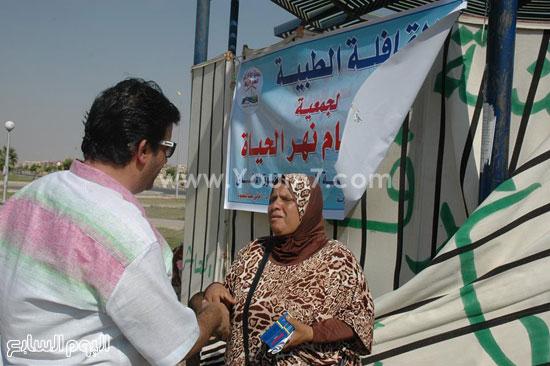 محمد عرفة يناقش إحدى المستفيدات من القافلة الطبية -اليوم السابع -9 -2015