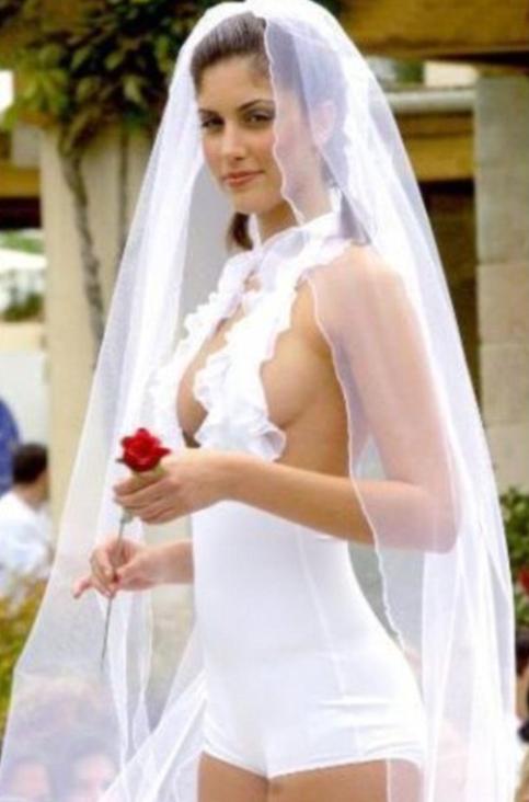 a958ef20ab475 ... اختيار فساتين زفاف غريبة الشكل والمضمون، وتتنافى مع مفهوم فستان الزفاف  الذى يتوج الفتاة كملكة ليلة زفافها، وقررن عدم الاكتراث لأهميته واختارن  فساتين قد ...