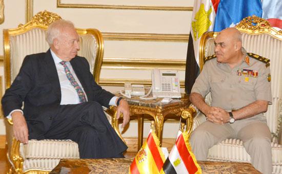 الفريق أول صدقى صبحى يبحث مع وزير خارجية إسبانيا دعم التعاون المشترك  (1)