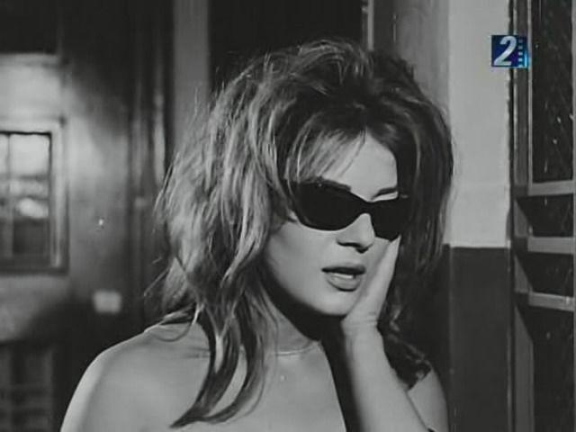 نادية فى النظارة السوداء