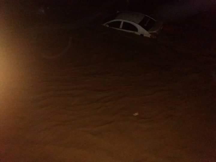 مياه السيول تغمر السيارات فى الشوارع