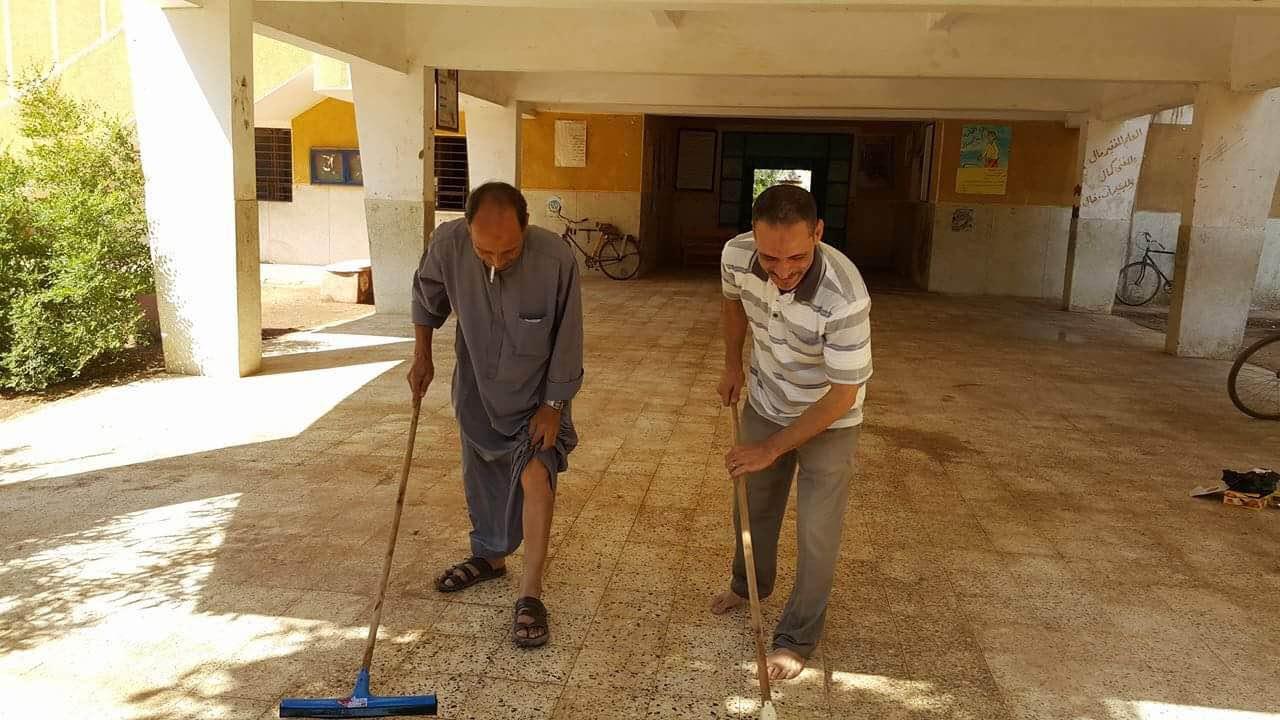 مدير المدرسة ومدير التعليم الابتدائى ينظفون المدرسة