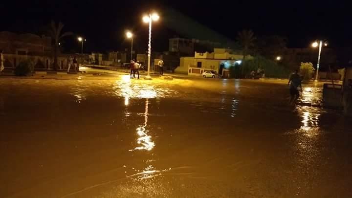 مياه السيول تعيق الحركة فى شوارع مدينة رأس غارب