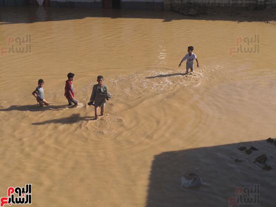 الأطفال داخل مياه السيول