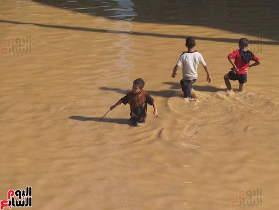 مياه السيول تغمر أجسام الأطفال